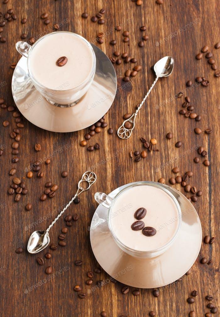 Kaffee Panna Cotta in einem Glas Tasse mit Kaffeebohnen.