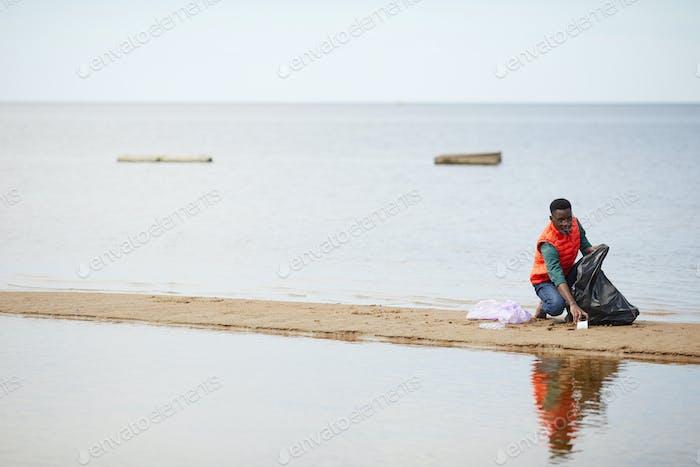 Hombre limpiando el río