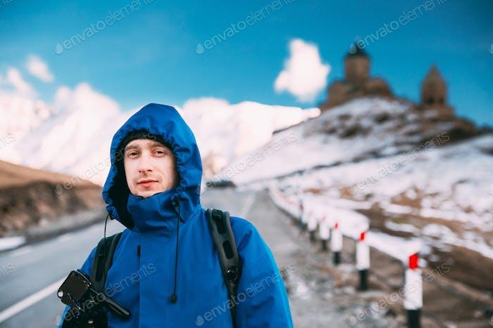 Stepantsminda, Gergeti, Georgien. Mann Tourist Rucksackreisender