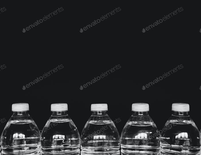 Reihe von klaren, mit gefiltertem Wasser gefüllten Kunststoff-Wasserflaschen