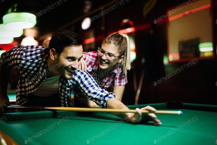 Junges Paar spielen Snooker zusammen in bar