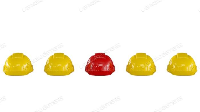 Linie von gelben Sicherheitshelmen mit einem roten Helm