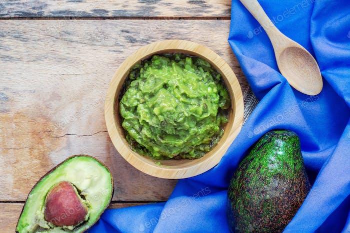 Avocado in Schüssel und Tischdecke