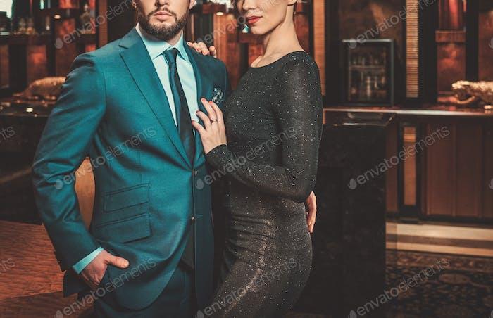 Хорошо одетая пара в роскошном интерьере квартиры.