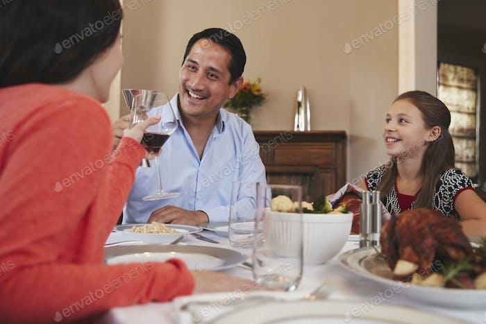 Glückliche jüdische Familie Brille vor dem Schabbat-Essen