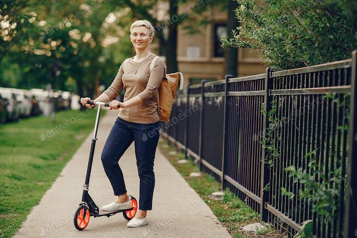 Mujer con patada scooter