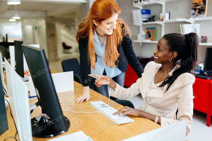 Geschäftsfrau beaufsichtigt Mitarbeiter