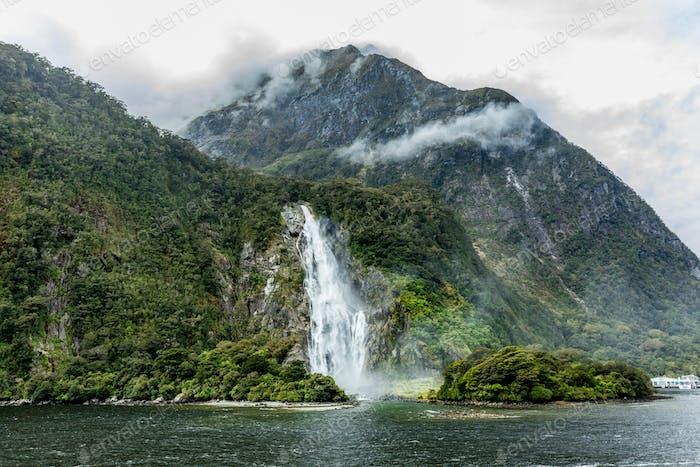 Día nublado y lluvioso en Milford Sonido, Isla del Sur, Novedad Zelanda