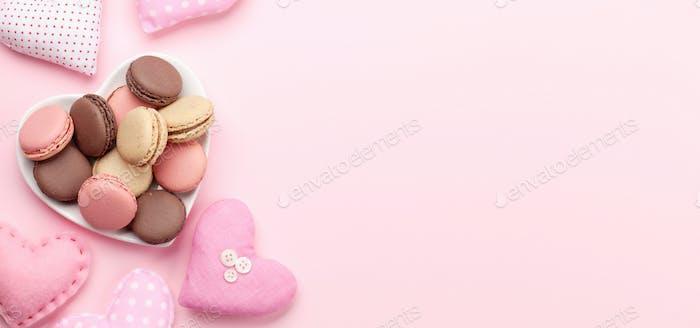 Valentinstag mit handgemachten Bastelherzen und Makronen