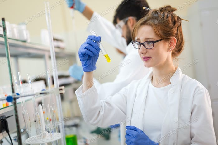 Ученый, работающий в лаборатории