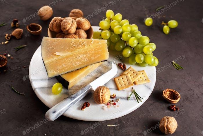 Käse, Trauben und Walnüsse