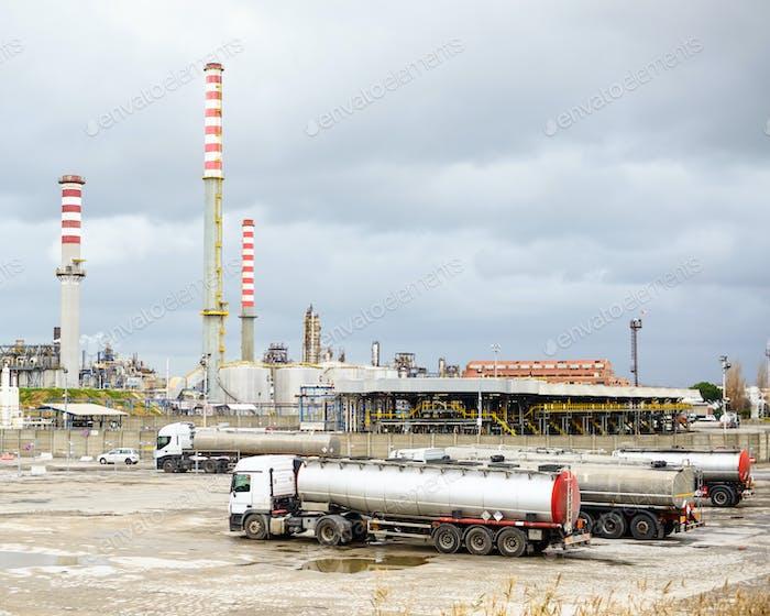Ölraffinerieindustrie, Rauchstapel und Tankwagen LKW oder LKW