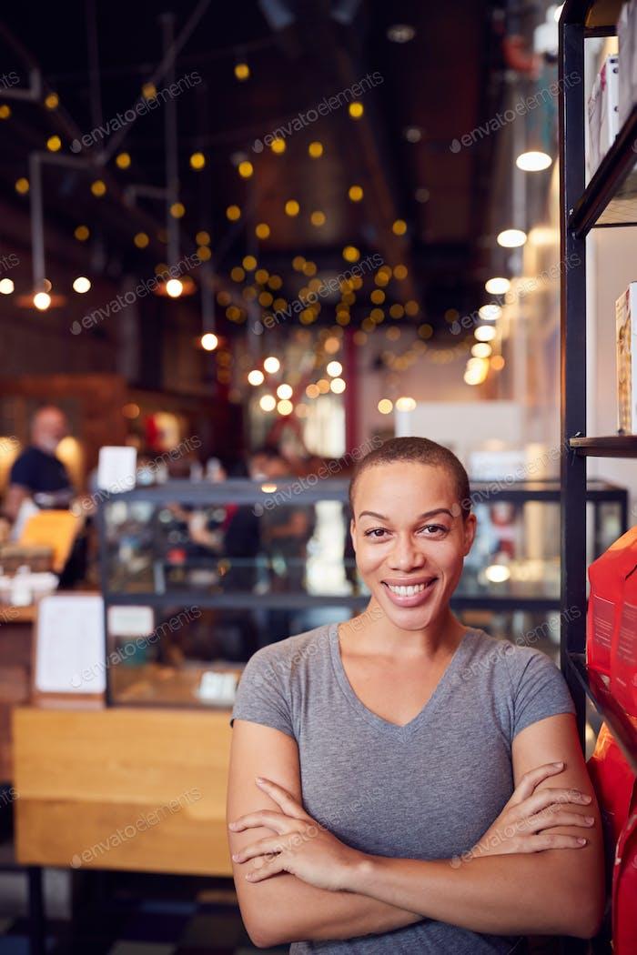 Porträt von weiblich Coffee Shop Besitzer stehend durch Zähler