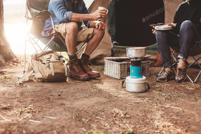 Paar sitzt vor dem Zelt