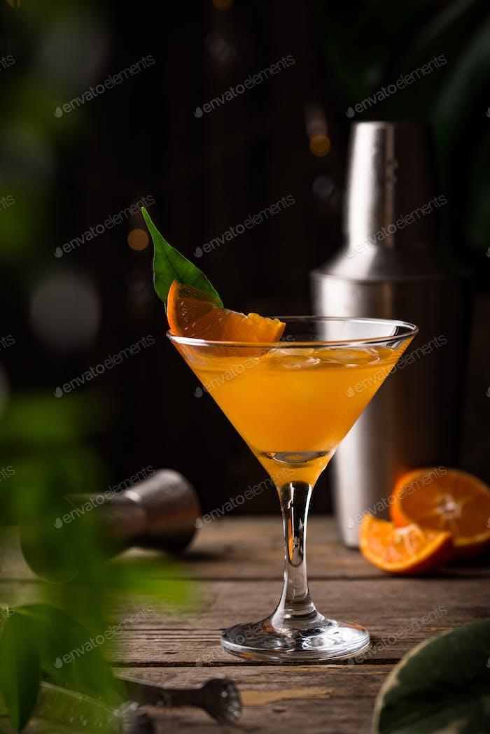 Коктейль апельсинового мартини в деревенском стиле