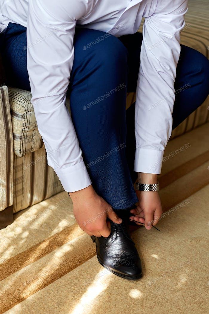 Eleganter junger Modemann verkleiden sich für Hochzeitsfeier.