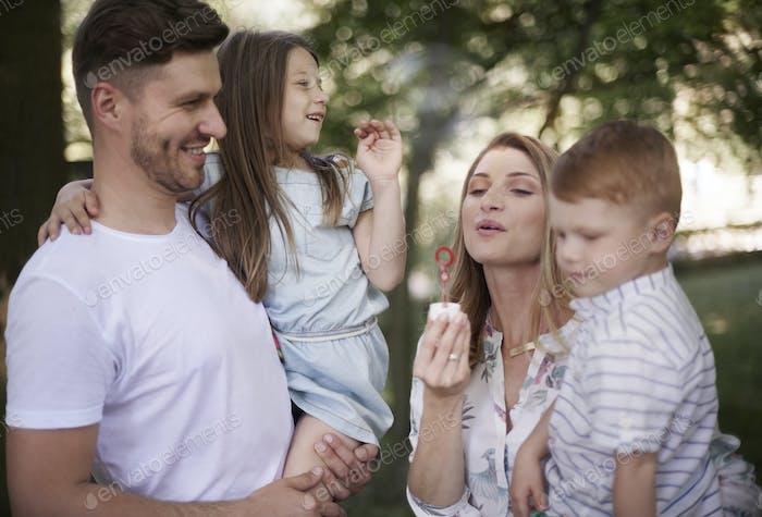 Выдувание мыльных пузырей с семьей