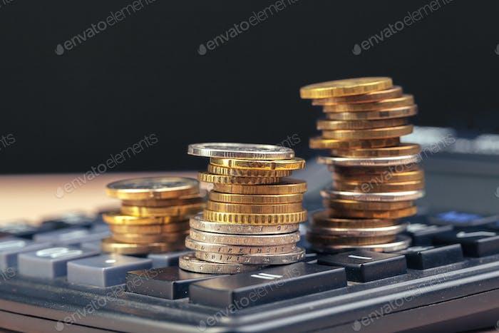 pila de monedas y calculadora, idea de concepto para finanzas empresariales