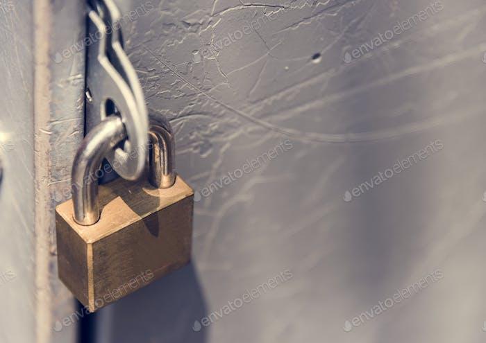 Nahaufnahme eines verschlossenen Vorhängeschloss