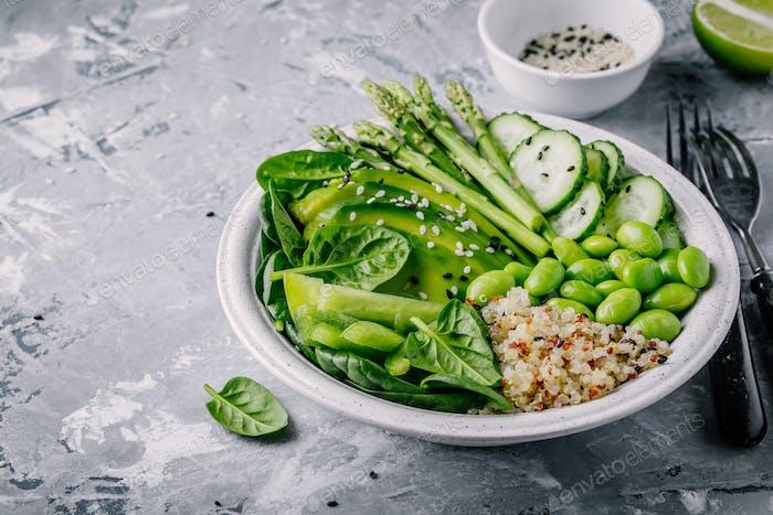 Grüner Salat mit frischem Gemüse und Quinoa, Spinat, Avocado, Spargel, Gurke, Edamame