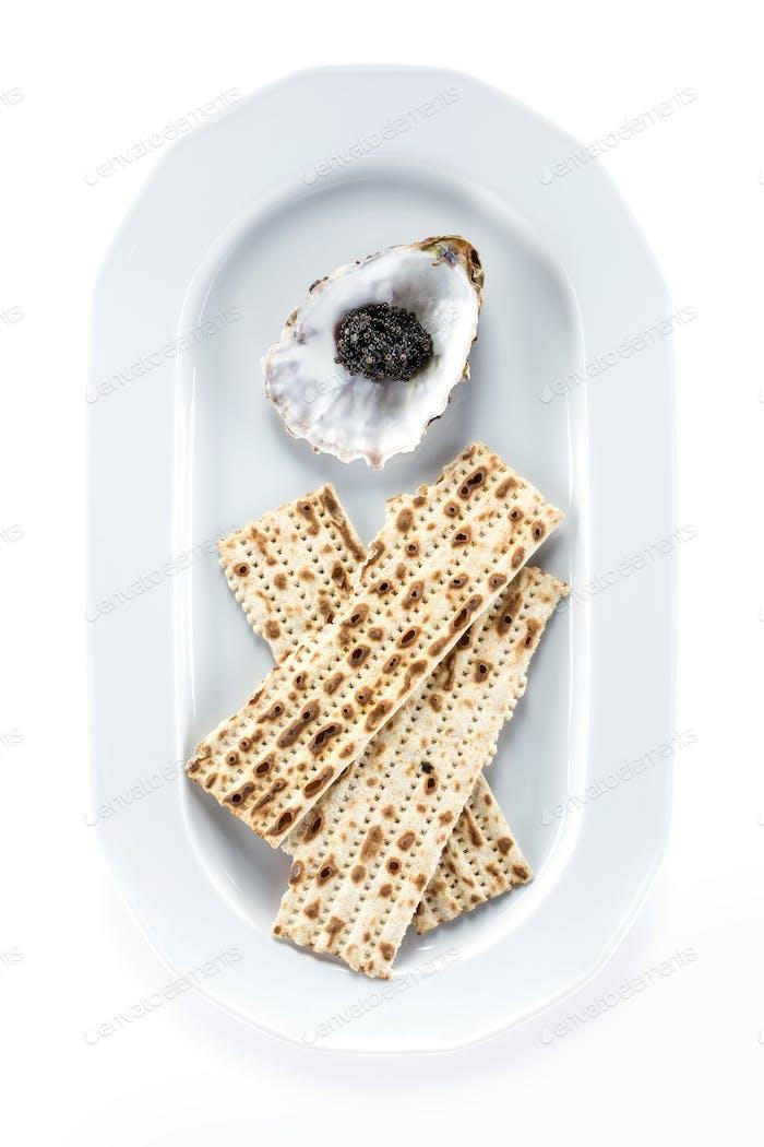 Schwarzer Stör Kaviar und Matzah auf Teller