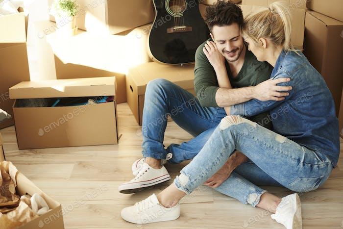 Paar mit einer Pause unter den Kartons