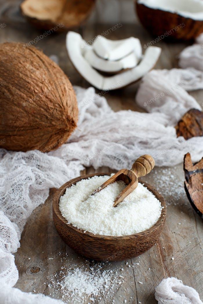 Kokosnussmehl in einer Holzschüssel Nahaufnahme