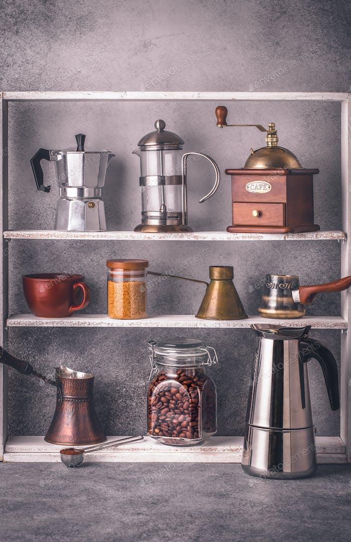 Herramientas para hacer café en estantes