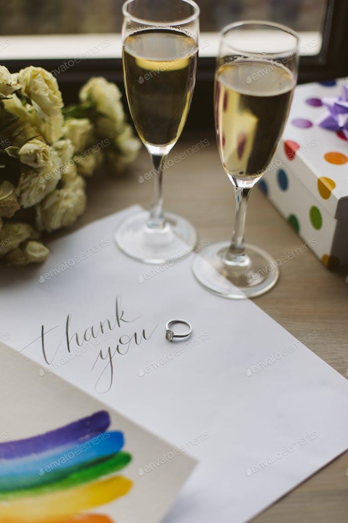 Foto de cerca de dos copas con champán, postal, Boda ri