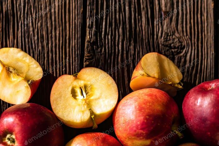 Hintergrund von Äpfeln ganz und auf Holz geschnitten