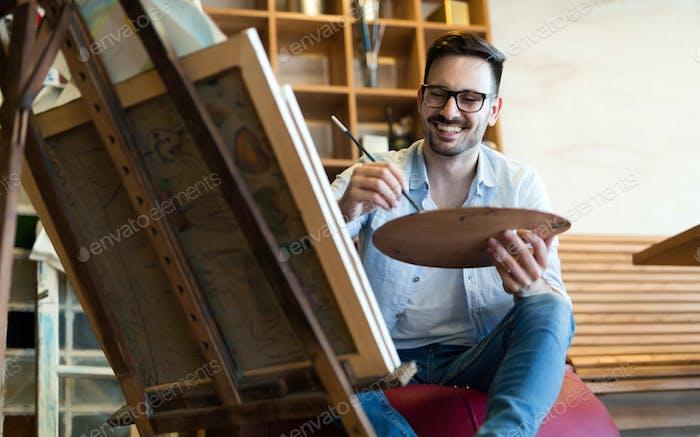 Vertical de hombre artista Trabajo en pintura en Estudio