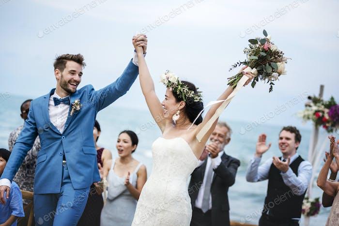 Junges Paar in einer Hochzeitszeremonie am Strand