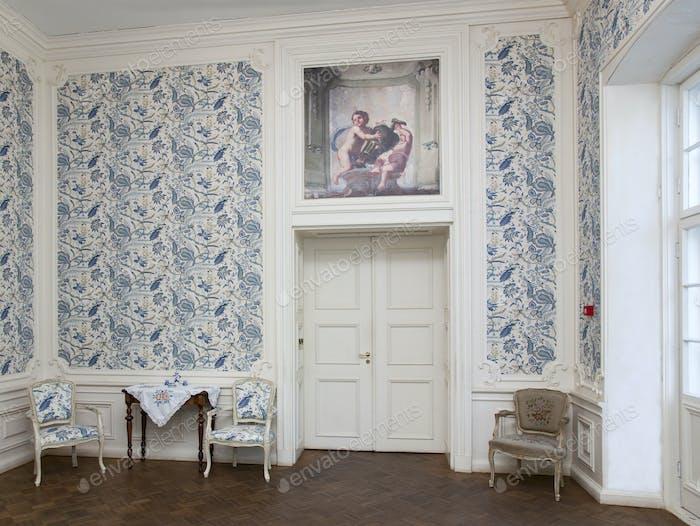 Elegantes Zimmer mit Blumentapete