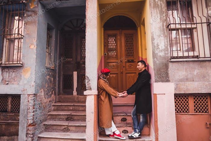Glückliches verliebtes Paar vor dem Hintergrund der alten bunten bemalten Fassade. Alte Straßen von Istanbul