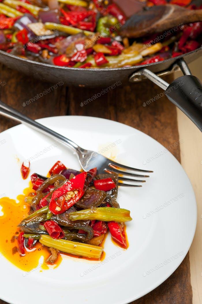 gebratener Chili-Pfeffer und Gemüse auf einer Wokpfanne