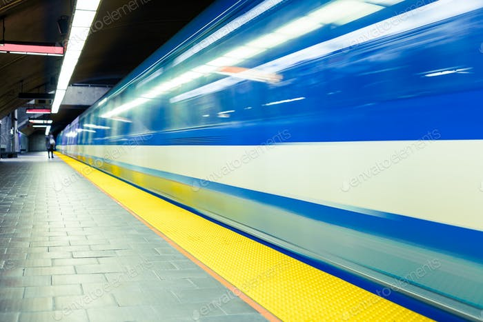 Bunte U-Bahn U-Bahn Zug mit Bewegungsunschärfe