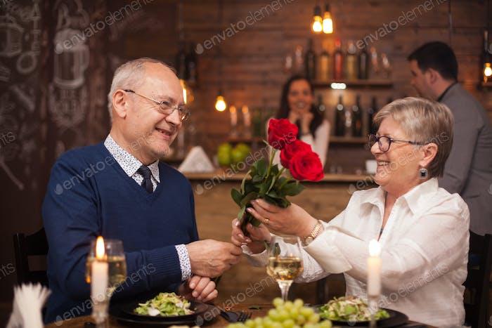 Fröhliches älteres Paar glücklich über ihr Date