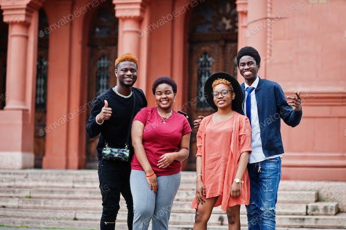 Afrikanische Freunde haben Spaß im Freien