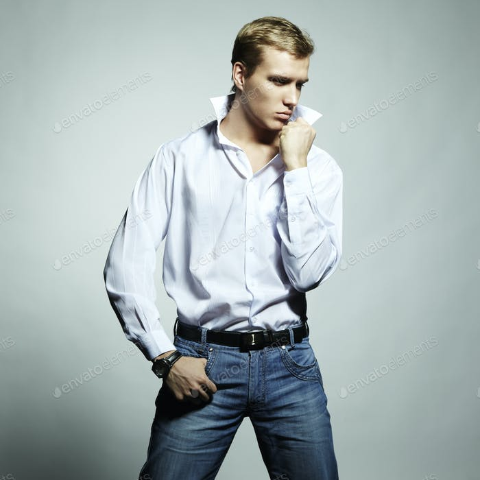 Mode-Porträt von jungen schönen Mann auf einem weißen Hintergrund