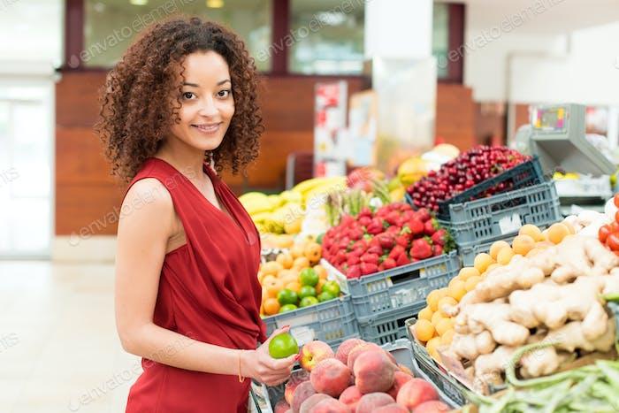 Mujer de compras de frutas