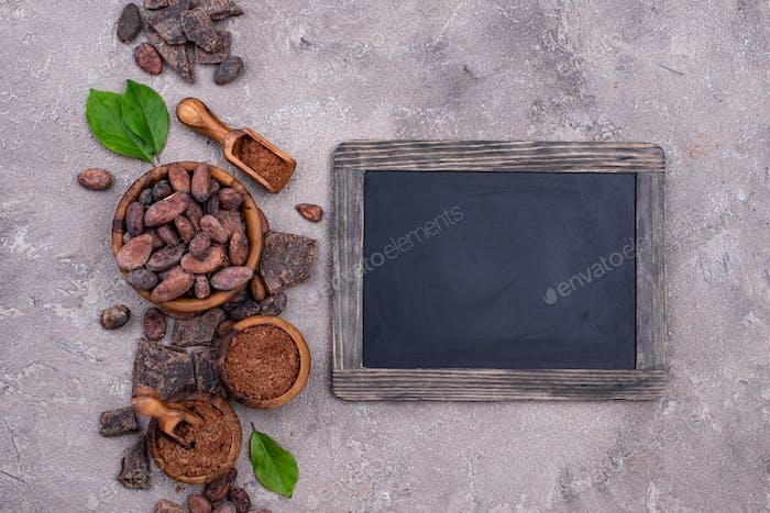 Natürliches Kakaopulver, Kakaobohnen und Schokolade