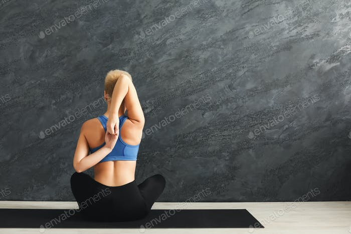 Frau Ausbildung Yoga in Kuhkopf Pose