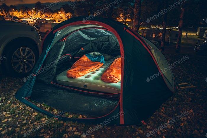Beleuchtetes Zelt auf dem Campingplatz