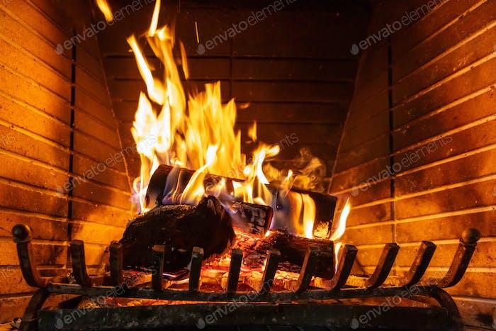 Weihnachtszeit. Holzverbrennung in einem gemütlichen Kamin zu Hause