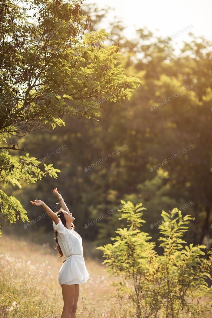 Schöne sorglose Frau in Feldern glücklich im freien