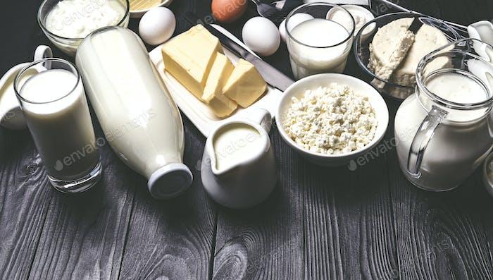 Diferentes productos lácteos sobre mesa de madera negro