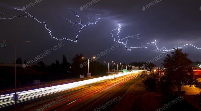 Seltenes Gewitter produziert Blitz über Tacoma Washington I-5 Süd