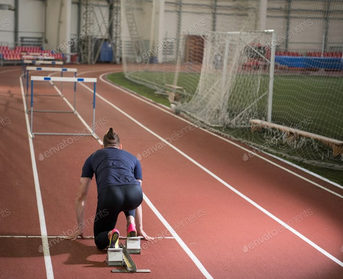 Rückansicht eines männlichen Leichtathlet Vorbereitung Hürden.