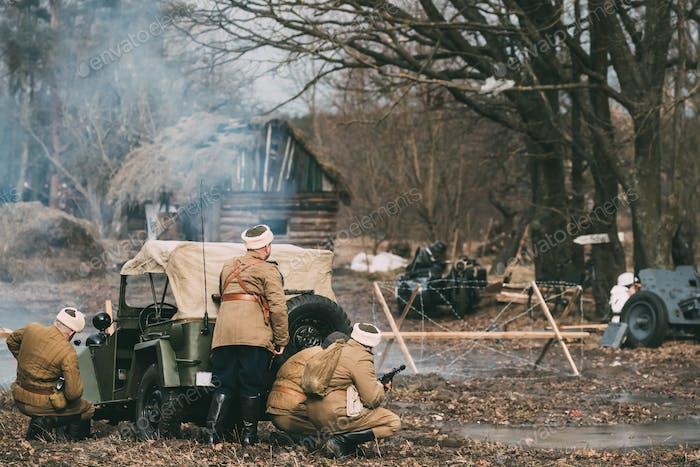 Gruppe der Reenactoren, die als russische sowjetische Rote Armee Soldaten gekleidet sind