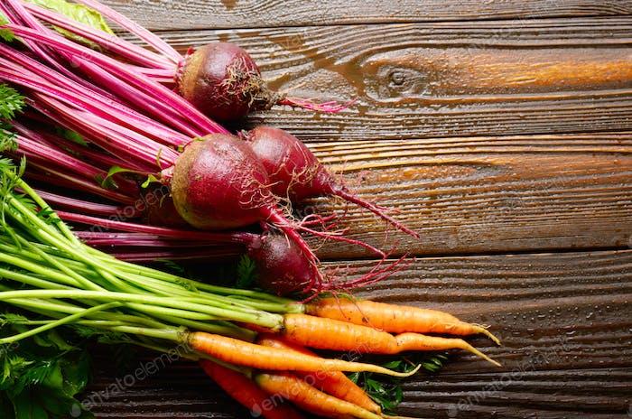 Frische Bio Rote Beete und Karotten auf Küche Holz rustikalen Tisch Nahansicht